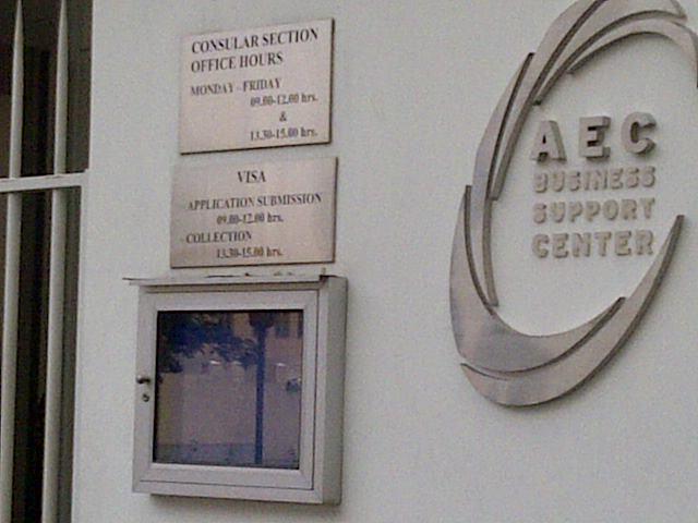 Tulisan mengenai waktu permohonan Visa, di depan The Royal Thai Embassy