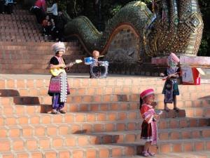 Dek doi (anak perbukitan), di Doi Suthep sedang akting bermain musik