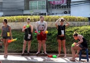 Banyak warga asing yang menikmati Festival Songkran
